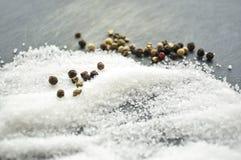 Suiker en zout op de lijst wordt gemorst die Het kruiden voor de schotels T stock fotografie