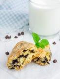 Suiker met een laag bedekte scones met chocoladeschilfers Royalty-vrije Stock Fotografie