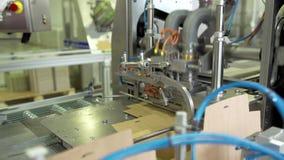 Suiker in pakken op de transportband in de fabriek stock videobeelden