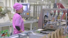 Suiker in pakken op de transportband in de fabriek stock video