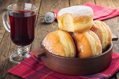 Suikerachtige donuts en hibiscus rode thee stock afbeeldingen