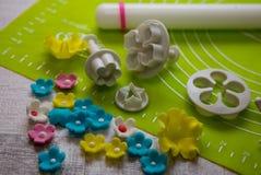 Suikerbloem en hulpmiddelen voor suikerdecoratie De achtergrond van de suikerdecoratie Hulpmiddel voor het deeg van de modellerin Stock Afbeeldingen