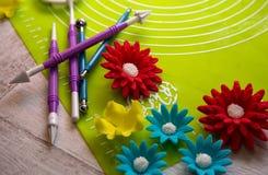 Suikerbloem en hulpmiddelen voor suikerdecoratie De achtergrond van de suikerdecoratie Hulpmiddel voor het deeg van de modellerin Stock Foto
