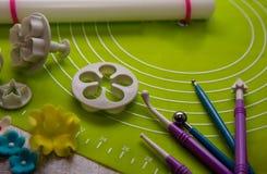 Suikerbloem en hulpmiddelen voor suikerdecoratie De achtergrond van de suikerdecoratie Met de hand gemaakt Stock Foto's