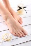 Suikerdeeg, zorg van vrouwelijke benen Stock Afbeeldingen