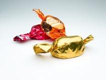 Suikergoed dat in gekleurde folie wordt verpakt stock foto's