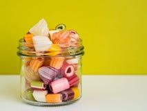 suikergoed in de glaskruik die wordt gekleurd Royalty-vrije Stock Afbeeldingen