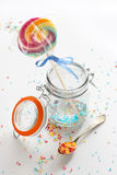Suikergoed - de kleurrijke suiker bestrooit en een lolly Stock Foto