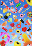 Suikergoed die in duidelijke blauwe hemel vallen stock foto's