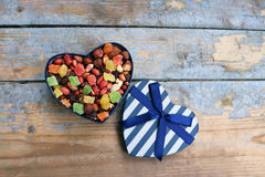 Suikergoed in een hart gevormde doos Stock Afbeeldingen