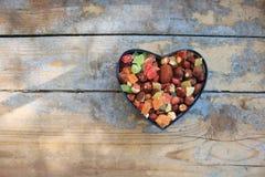 Suikergoed in een hart gevormde doos Stock Foto's