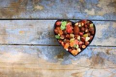 Suikergoed in een hart gevormde doos Stock Fotografie