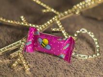 Suikergoed en diamanthart op de lichte achtergrond Stock Foto's