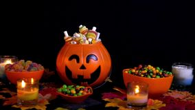 Suikergoed Geanimeerde Halloween-Vakantie op Zwarte BackgroundHappy Halloween met diverse suikergoedlengte stock video