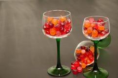 Suikergoed gevulde wijnglazen Stock Afbeeldingen