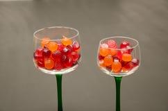 Suikergoed gevulde wijnglazen Stock Afbeelding