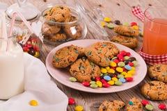 Suikergoed met een laag bedekte koekjes stock fotografie