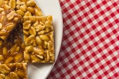 Suikergoed met pinda: Pe DE Moleque in Brazilië en Chikki in India stock foto's