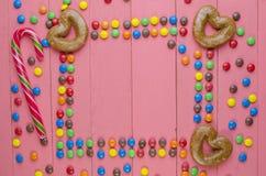 Suikergoed op een houten roze lijst royalty-vrije stock afbeelding