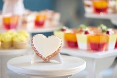 Suikergoed sweatheart dichtbij kleurrijke candybar wordt verglaasd die Royalty-vrije Stock Afbeeldingen