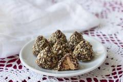 Suikergoed van pindakaas met chocoladeglans en en wafel diecrumbs wordt gemaakt Stock Foto's