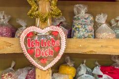 Suikergoed in vorm van hart met manuscript Ich liebe Dich Stock Foto