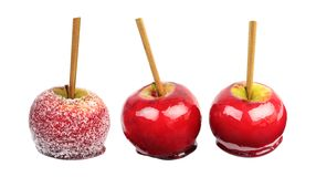 Suikergoedappel met gekorrelde die suiker met een laag wordt op witte achtergrond wordt geïsoleerd bedekt die stock afbeelding