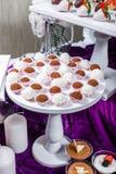 Suikergoedbar De lijst van de huwelijksontvangst met snoepjes, suikergoed, dessert stock afbeelding