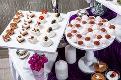 Suikergoedbar De lijst van de huwelijksontvangst met snoepjes, suikergoed, dessert royalty-vrije stock afbeelding