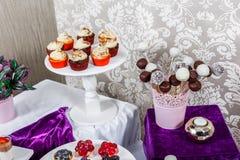 Suikergoedbar De lijst van de huwelijksontvangst met snoepjes, suikergoed, dessert royalty-vrije stock afbeeldingen