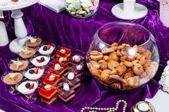 Suikergoedbar De lijst van de huwelijksontvangst met snoepjes, suikergoed, dessert stock afbeeldingen
