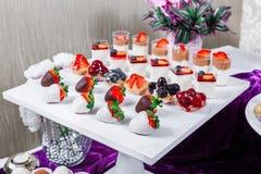 Suikergoedbar De lijst van de huwelijksontvangst met snoepjes, suikergoed, dessert, schuimgebakjes, vlaai, cupcakes stock fotografie