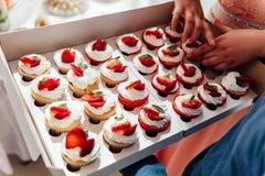 Suikergoedbar Huwelijkslijst met snoepjes, cupcakes stock foto's
