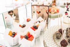 Suikergoedbar met heel wat desserts, schuimgebakje, cupcake, fruit en zoete cakes Zoete lijst voor verjaardag of huwelijk Royalty-vrije Stock Foto's