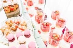 Suikergoedbar met heel wat desserts, schuimgebakje, cupcake, fruit en zoete cakes Zoete lijst voor verjaardag of huwelijk Stock Foto