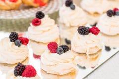 Suikergoedbar met heel wat desserts, schuimgebakje, cupcake, fruit en zoete cakes Zoete lijst voor verjaardag of huwelijk Royalty-vrije Stock Afbeeldingen