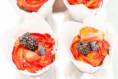 Suikergoedbar met heel wat desserts, schuimgebakje, cupcake, fruit en zoete cakes Zoete lijst voor verjaardag of huwelijk Royalty-vrije Stock Fotografie