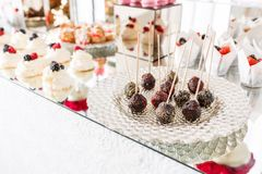 Suikergoedbar met heel wat desserts, schuimgebakje, cupcake, fruit en zoete cakes Zoete lijst voor verjaardag of huwelijk Stock Foto's