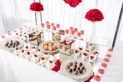Suikergoedbar met heel wat desserts, schuimgebakje, cupcake, fruit en zoete cakes Zoete lijst voor verjaardag of huwelijk Royalty-vrije Stock Foto