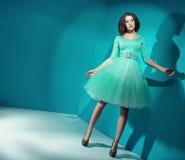 Suikergoedmeisje die heldergroene kleding dragen Stock Foto's