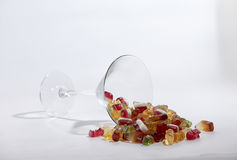 Suikergoedsnoepjes in een groot glas omgevallen royalty-vrije stock fotografie
