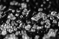 Suikerkristallen op een zwarte achtergrond Super macro Zachte nadruk, Ondiepe diepte van gebied Zwart-wit beeld stock foto's