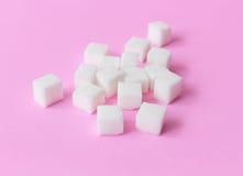 Suikerkubussen op roze concept als achtergrond, voedsel en gezondheidszorg, Se Stock Afbeeldingen