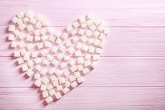 Suikerkubussen in vorm van hart worden geschikt dat Royalty-vrije Stock Foto's