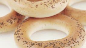 Suikerongezuurde broodjes met papaverzaden stock footage