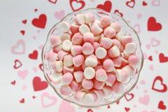 Suikersuikergoed in een glaskom op een romantische achtergrond stock afbeeldingen