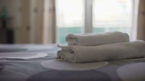 Suite d'hôtel avec les serviettes lavées sur le linge de lit frais, qualité de service de logement banque de vidéos