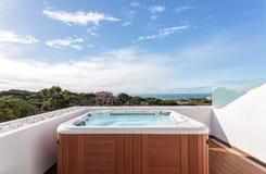 Suite de jacuzzi pour la relaxation sur le toit Avec des vues de mer photographie stock libre de droits