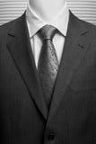 Suite grise foncée d'affaires avec la chemise et la relation étroite blanches Images stock