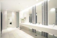 Suite moderne de luxe de salle de bains avec le bain et la carte de travail Images libres de droits